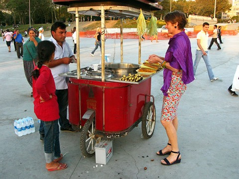 Alice & co buying roasted chestnuts in Taksim Gezi Park
